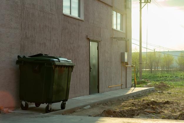 Metal verde velho cheio com recipiente de lixo lixo, conceitos de poluição de natureza Foto Premium