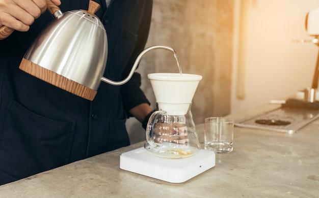 Método do barista preparando café despeje sobre o café gota a gota Foto Premium