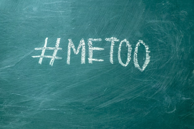 Metoo hashtag escrito à mão com giz branco em um quadro negro verde. Foto Premium