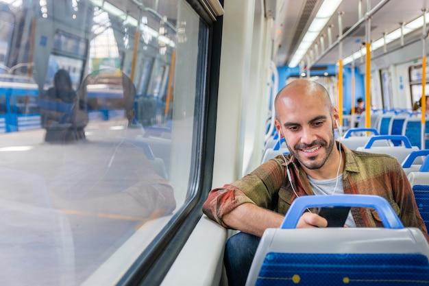 Metro de equitação do viajante sorridente Foto gratuita