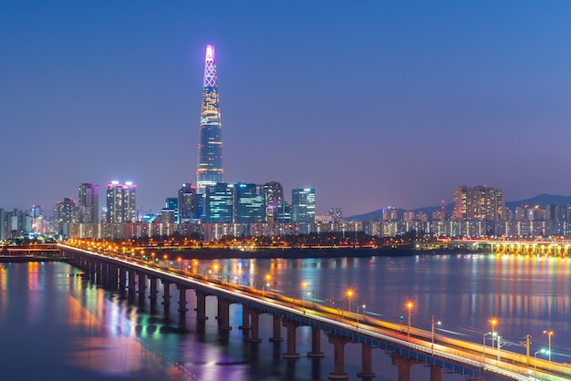 Metrô de seul e lotte tower à noite, coreia do sul Foto Premium