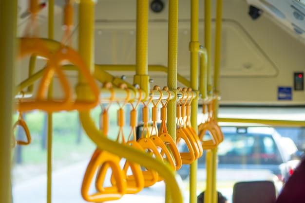 Metrópole. corrimãos em um ônibus público na foto Foto Premium