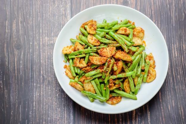 Mexa o feijão verde de corda frita com salsicha de porco grelhada vietnamita Foto Premium