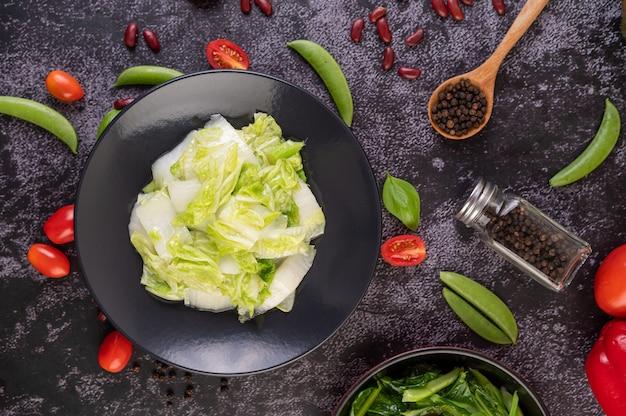 Mexa o repolho chinês frito com molho de ostra. Foto gratuita