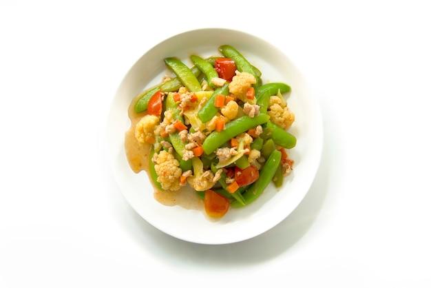 Mexa os legumes fritos isolados no fundo branco Foto Premium