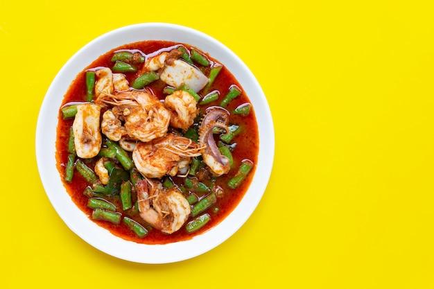 Mexa picante frutos do mar fritos e feijão longo quintal com pasta de curry vermelho. comida tailandesa Foto Premium