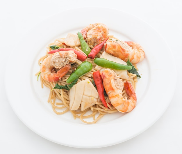 Mexa spaguetti picante frito com frutos do mar Foto Premium