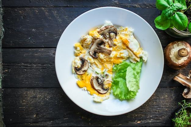 Mexer ovos fritos omelete cogumelo Foto Premium