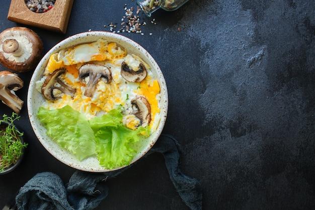 Mexer ovos fritos omelete cogumelos Foto Premium