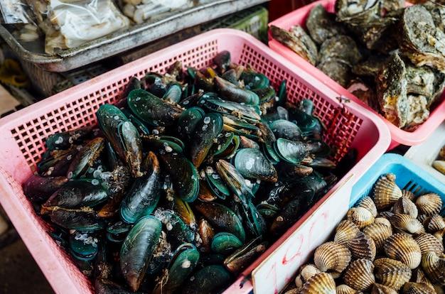 Mexilhão e outros moluscos no mercado Foto gratuita