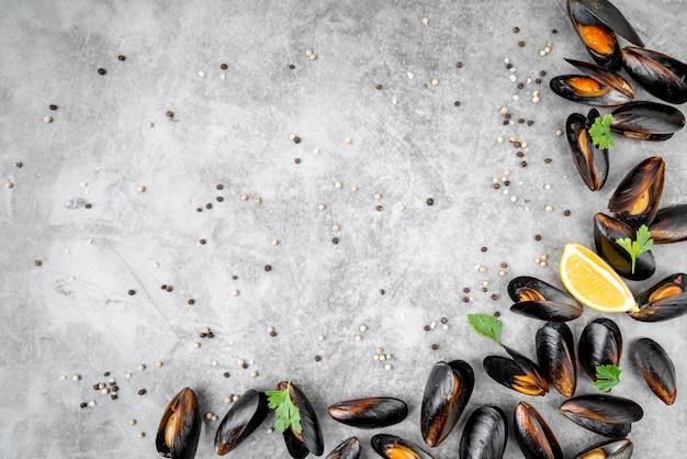 Mexilhões cozidos saborosos com espaço de cópia Foto gratuita