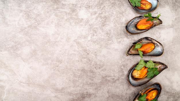 Mexilhões deliciosos com espaço de cópia de ervas Foto gratuita