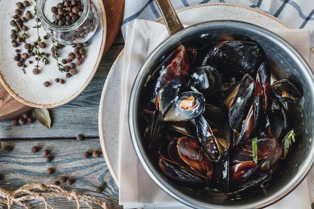 Mexilhões deliciosos frutos do mar com molho Foto Premium