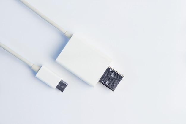 Micro cabos brancos de usb no fundo branco. Foto Premium