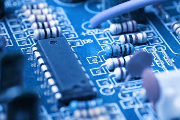 Microchip, capacitores, resistores em uma placa de computador azul Foto Premium