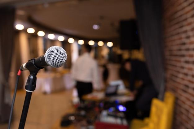 Microfone closeup no clube discoteca Foto Premium
