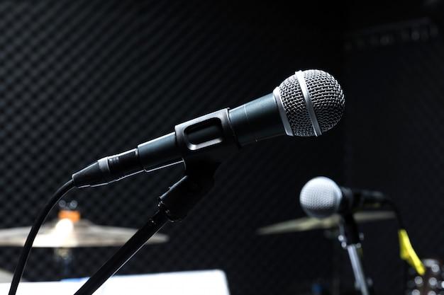 Microfone condensador profissional de estúdio, conceito musical. gravação, microfone de foco seletivo no estúdio de rádio, microfone de foco seletivo e borrão de guitarra de equipamento musical, Foto Premium