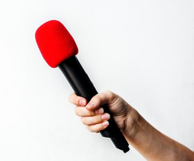 Microfone de exploração de mão isolado no fundo Foto gratuita