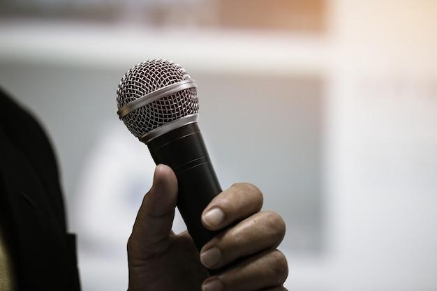 Microfone, de, fala, em, seminário, sala, ou, falando, corredor conferência Foto Premium