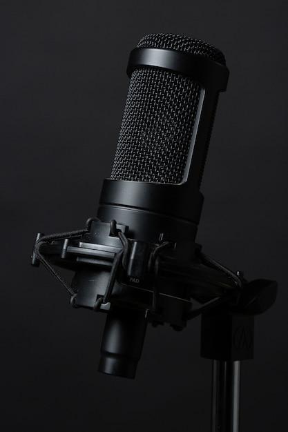 Microfone de pé no estúdio Foto gratuita