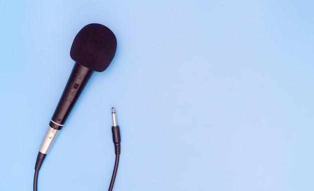 Microfone dinâmico preto no espaço da cópia azul Foto Premium