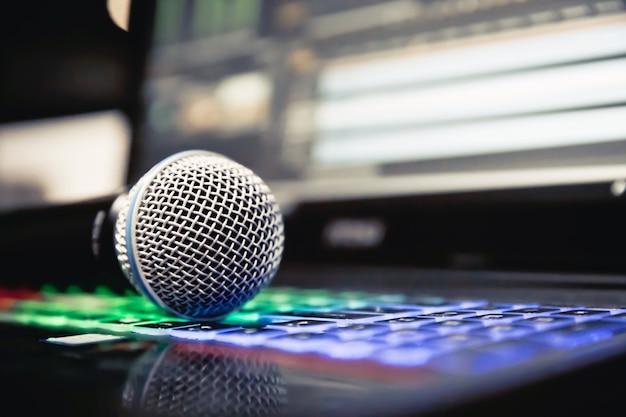 Microfone e laptop no estúdio. Foto Premium