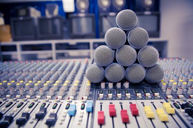 Microfone e mixer de áudio no studio. Foto Premium