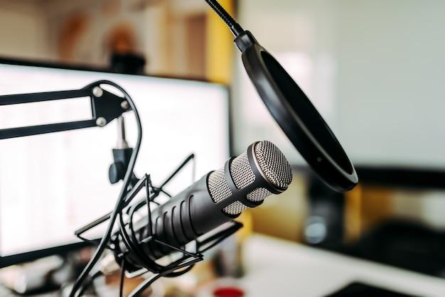 Microfone e tela de computador branco Foto Premium