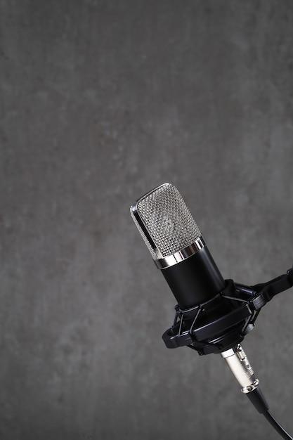Microfone em cinza Foto gratuita