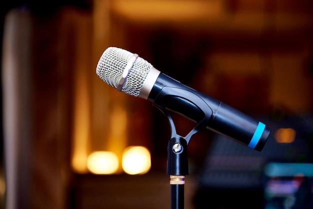 Microfone em close-up do rack Foto Premium