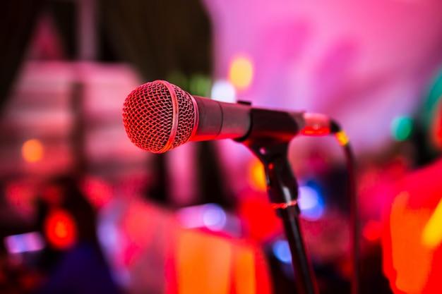 Microfone em pé no palco em uma boate Foto Premium