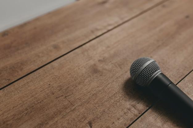 Microfone em uma mesa de madeira ii Foto Premium