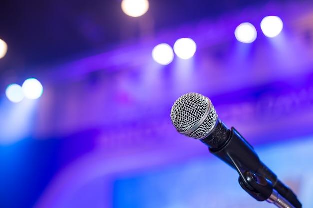 Microfone na sala de conferências ou na sala de seminários. Foto Premium