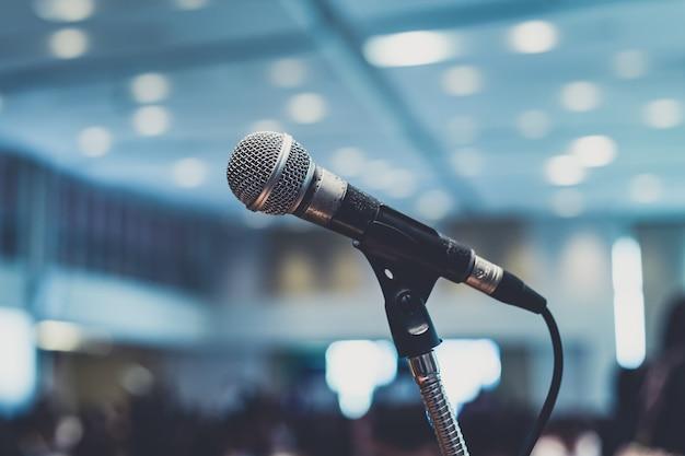 Microfone na sala de conferências ou no fundo da sala de seminário. Foto Premium