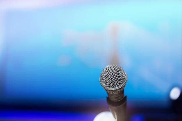Microfone na sala de conferências ou no fundo da sala de seminário Foto Premium