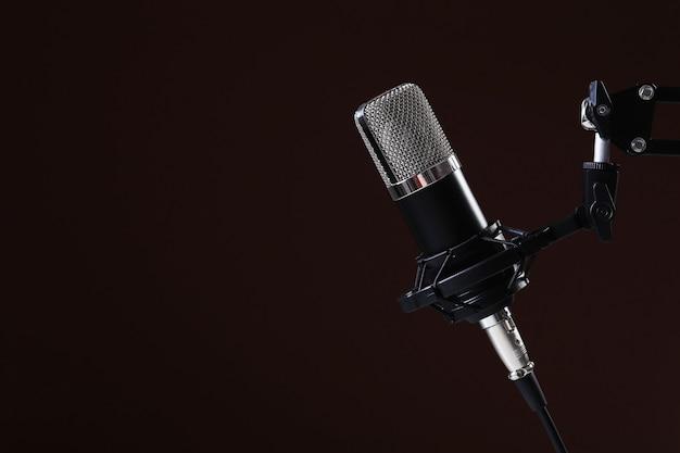 Microfone no escuro Foto gratuita
