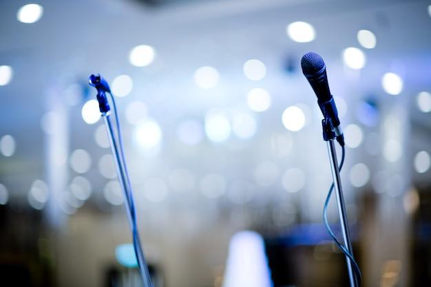 Microfone no palco, alto-falante, Foto Premium