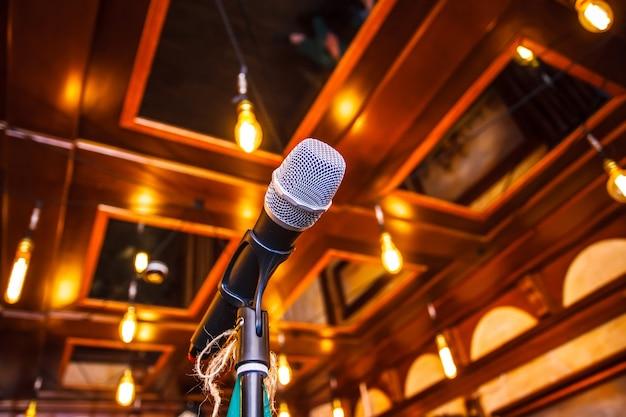 Microfone no palco antes da performance do artista. fechar-se. Foto Premium