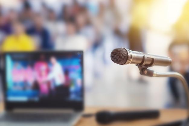 Microfone no palco da reunião de pais de estudante na escola de verão ou evento Foto Premium