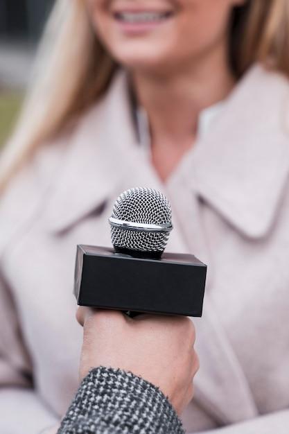 Microfone para jornalista de close-up Foto gratuita