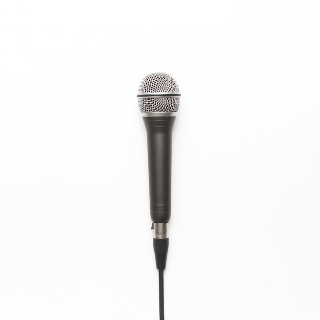 Microfone preto e prata sobre um fundo branco Foto gratuita