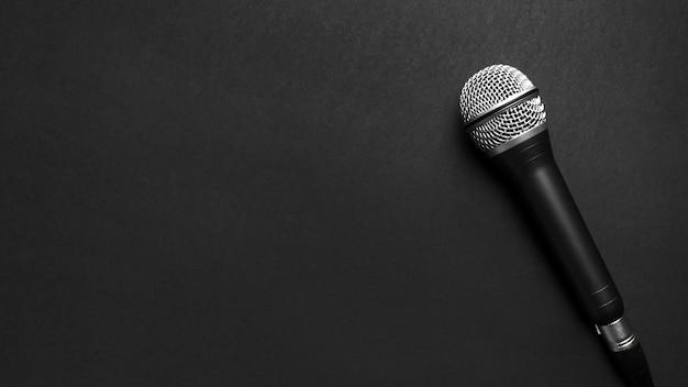 Microfone preto e prata sobre um fundo preto Foto gratuita