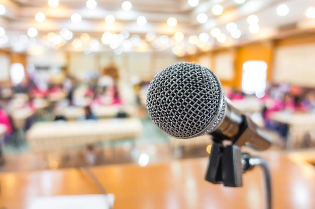 Microfone preto na sala de conferências. Foto gratuita