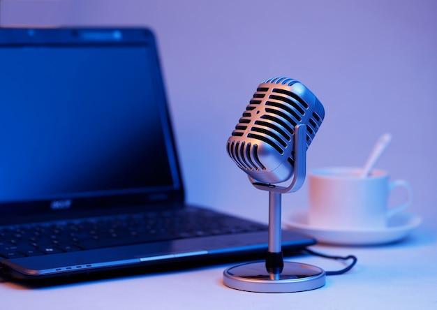 Microfone retro e notebook, transmissão em tempo real no conceito de ar Foto gratuita