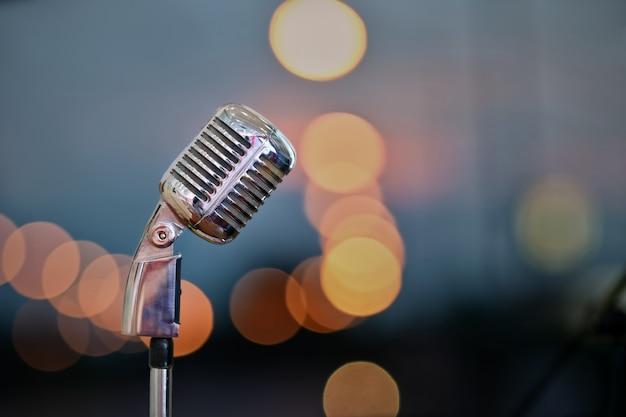 Microfone retro no estágio sobre o fundo borrado do bokeh. Foto Premium
