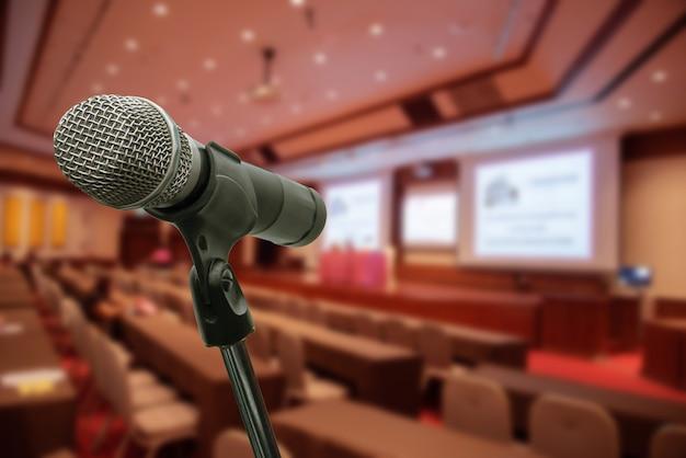 Microfone sobre o fórum borrado que encontra o treinamento da conferência que aprende o conceito da sala de treinamento, fundo borrado. Foto Premium