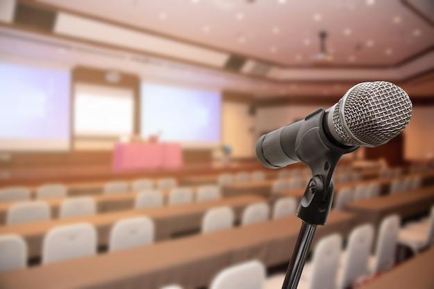 Microfone sobre o fórum borrado que encontra o treinamento da conferência que aprende o conceito de treinamento, fundo borrado. Foto Premium
