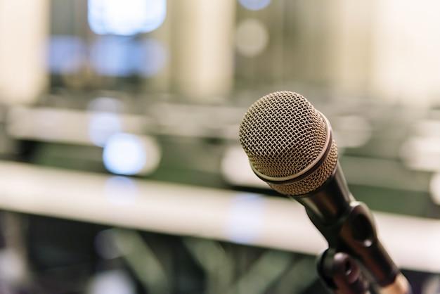 Microfone sobre o fórum empresarial turva Foto Premium