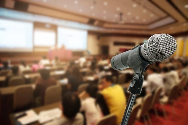 Microfone sobre os executivos borrados do fórum que encontra o treinamento da conferência que aprende o conceito de treinamento, fundo borrado. Foto Premium