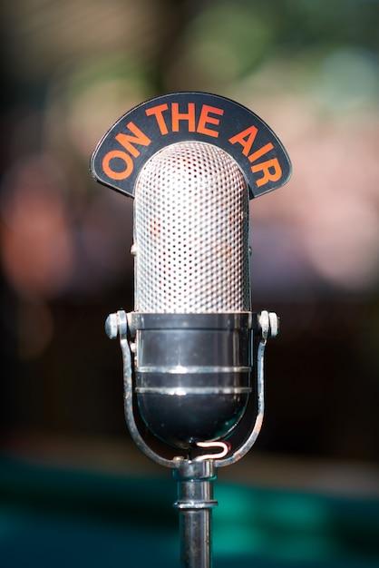 Microfone velho para podcasts Foto Premium